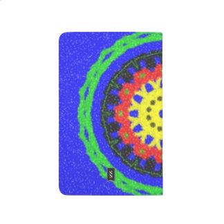Modelo colorido del círculo en fondo azul cuaderno grapado
