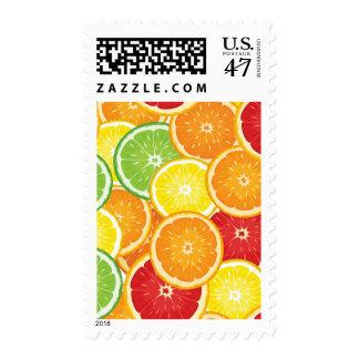 Modelo con agrios timbres postales
