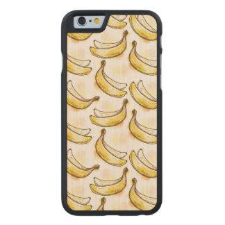 Modelo con el plátano funda de iPhone 6 carved® slim de arce