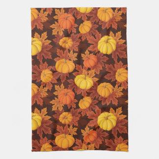 Modelo con las calabazas y el arce del otoño toalla de mano