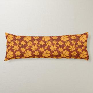 Modelo con las hojas de la castaña del otoño almohada de cuerpo entero