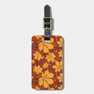Modelo con las hojas de la castaña del otoño etiquetas para maletas