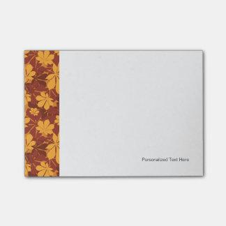 Modelo con las hojas de la castaña del otoño notas post-it®