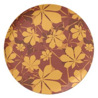 Modelo con las hojas de la castaña del otoño platos para fiestas