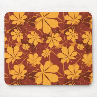 Modelo con las hojas de la castaña del otoño tapetes de ratón