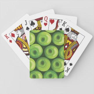 Modelo con las manzanas verdes barajas de cartas