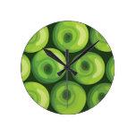 Modelo con las manzanas verdes reloj redondo mediano