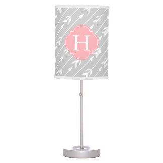 Modelo con monograma rosado de las flechas lámpara de mesa
