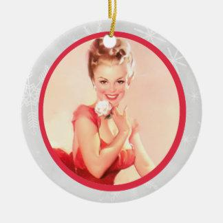 Modelo con una flor adorno navideño redondo de cerámica