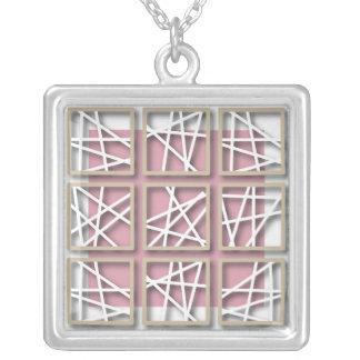 Modelo cruzado de Criss en el collar rosado