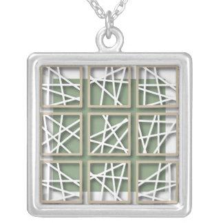 Modelo cruzado de Criss en el collar verde