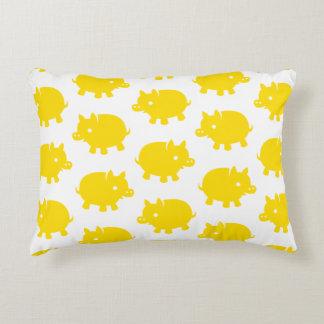 Modelo de cerdos amarillos en un fondo blanco