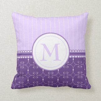 Modelo de encargo púrpura del monograma de la cojín