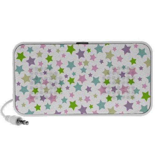 Modelo de estrellas en colores pastel en blanco portátil altavoces