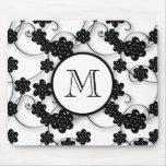 Modelo de flores negro lindo de la MOD, su inicial Alfombrillas De Ratones