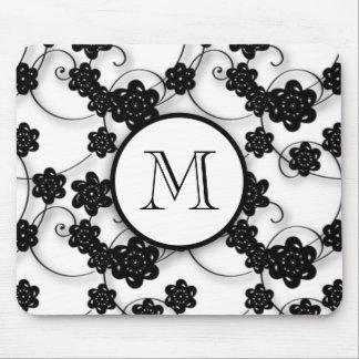 Modelo de flores negro lindo de la MOD su inicial Alfombrillas De Ratones
