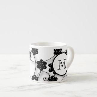 Modelo de flores negro lindo de la MOD, su inicial Taza Espresso