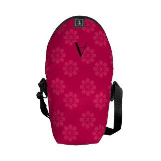 Modelo de flores rosado del monograma bolsa de mensajería