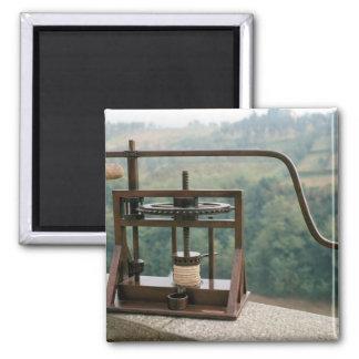 Modelo de funcionamiento de una prensa verde oliva imán para frigorifico