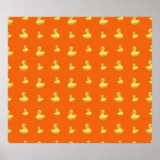 Modelo de goma anaranjado del pato póster
