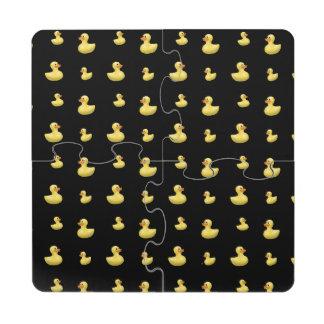 Modelo de goma negro del pato posavasos de puzzle