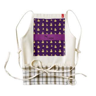 Modelo de goma púrpura conocido personalizado del delantal zazzle HEART