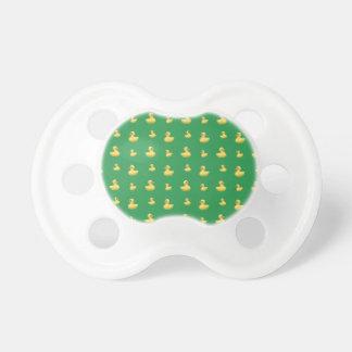 Modelo de goma verde del pato chupetes de bebé