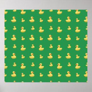 Modelo de goma verde del pato póster