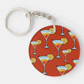 Modelo de la bebida anaranjada con el fondo rojo llavero redondo acrílico a doble cara