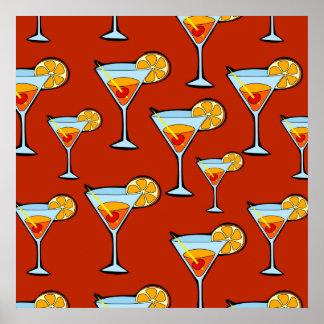 Modelo de la bebida anaranjada con el fondo rojo póster