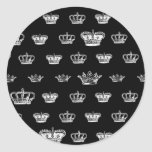 Modelo de la corona en blanco pegatinas redondas