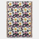 Modelo de la elegancia con las flores del narciso manta