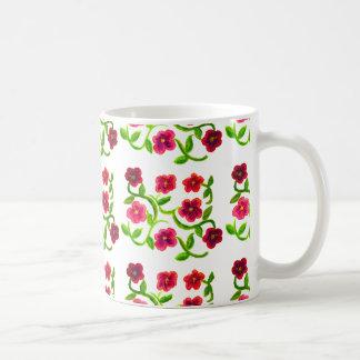 Modelo de la petunia en la taza del café/del té