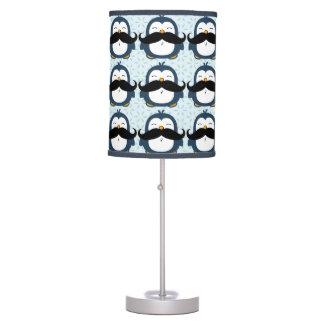 Modelo de la tendencia del bigote del pingüino lámpara de escritorio