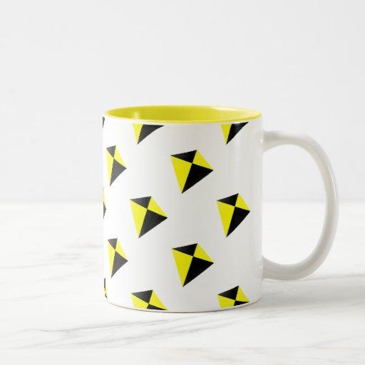 Modelo de las cometas del diamante amarillo y negr taza dos tonos