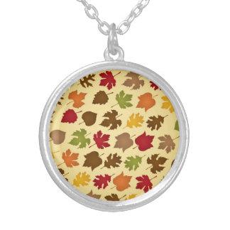 Modelo de las hojas de otoño del color de la caída colgantes