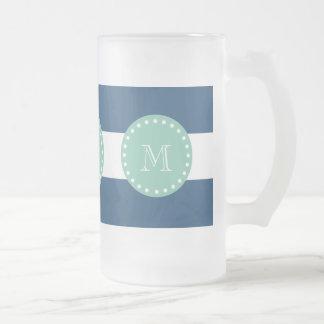 Modelo de las rayas de azules marinos, monograma d taza
