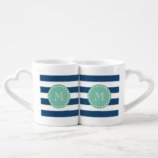Modelo de las rayas de azules marinos, monograma set de tazas de café