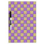 Modelo de las tejas de mosaico púrpura y amarillo tablero blanco