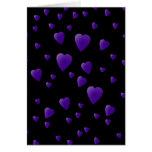 Modelo de los corazones del amor en negro y púrpur tarjetón