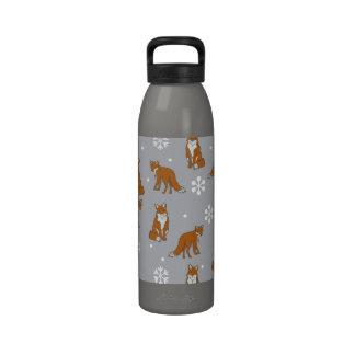 Modelo de los zorros rojos del invierno botallas de agua