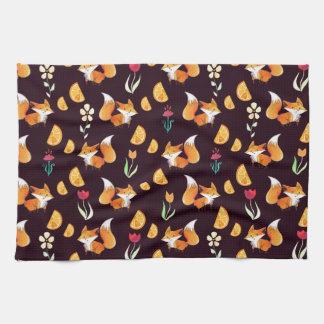 Modelo de los zorros y de flores de los naranjas d toalla