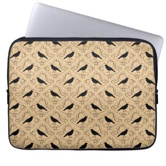 Modelo de lujo con los cuervos. Negro y beige Funda Portátil