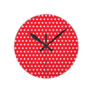 Modelo de lunar blanco y rojo. Manchado Reloj Redondo Mediano