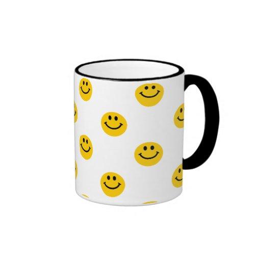 Modelo de lunar sonriente amarillo taza a dos colores