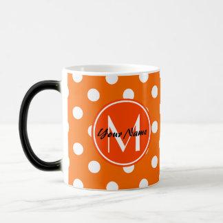 Modelo de lunares anaranjado y blanco con taza mágica
