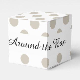 Modelo de lunares blanco beige caja para regalo de boda