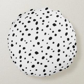 Modelo de lunares blanco del negro artístico de la cojín redondo