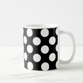Modelo de lunares blanco y negro elegante taza básica blanca