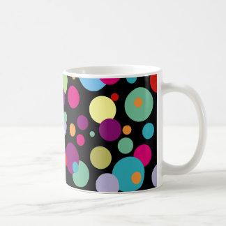 Modelo de lunares colorido taza de café